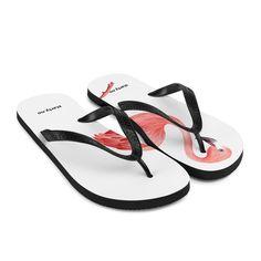 Forbered deg på en eventyrlig og bekymringsløs sommer med et par fargerike tøfler som er skapt akkurat for deg! Gummisålen er foret med et mykt stoff for å sikre at du føler deg komfortabel uansett hvor dagen tar deg. Flipping, Flamingo, Flip Flops, Sandals, Shoes, Women, Flamingo Bird, Shoes Sandals, Zapatos