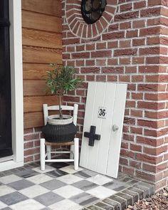Sfeerplaatje bij de nieuwe voordeur. Het stoepje is door mij ontworpen en door mijn man gemaakt. Zelf blokjes gezaagd (met flex of…