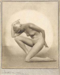 Dorothy Wilding- Hidden face , 1928  © William Hustler and Georgina Hustlerd Georgina Hustler