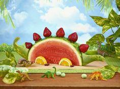 Dinosaur aus Wassermelone und Erdbeeren selber machen