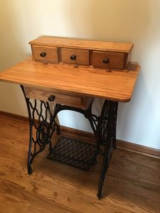 Vintage Singer Sewing Machine Writing Desk by RedesignAntiques Antique Sewing Machine Table, Old Sewing Tables, Singer Sewing Tables, Treadle Sewing Machines, Antique Sewing Machines, Diy Furniture Hacks, Recycled Furniture, Furniture Makeover, Painted Furniture