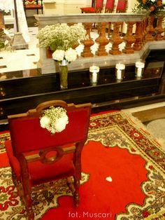 Gipsówka dekorująca krzesło pary młodej w kościele w Wilanowie