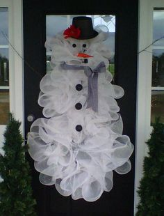 Deco mesh snowman..ok I have to say I really dislike the wreaths made from this stuff, but this is super cute.
