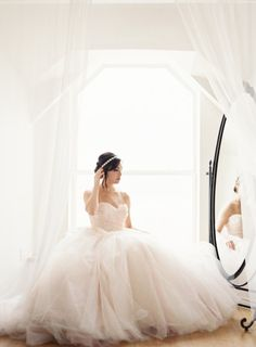 Bridal glamour: http://www.stylemepretty.com/little-black-book-blog/2015/03/30/natural-light-styled-bridal-session/ | Photography: Mint - http://mymintphotography.com/