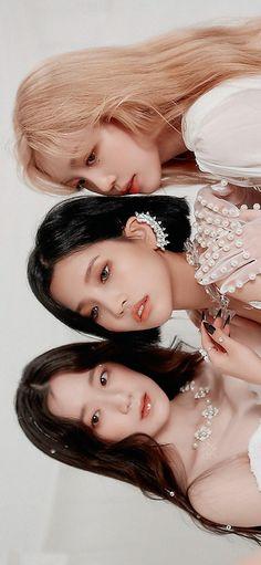 Soft Wallpaper, Girl Wallpaper, Wallpaper Lockscreen, Wallpapers, Aesthetic Eyes, Kpop Aesthetic, Kpop Girl Groups, Kpop Girls, First Girl