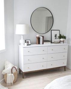 Paredes brancas, uma cômoda, composição simples e sofisticada.