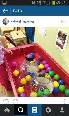 Vul een bad met wat water en leg de ballen in het water. Nu kan de peuter de ballen scheppen en in een andere doos leggen.