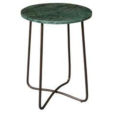 Odkládací stolek Emerald se zelenou mramorovou deskou a podnoží v barvě bronzu, určitě zaujme na první pohled a stane se luxusním doplňkem vašeho obývacího pokoje.