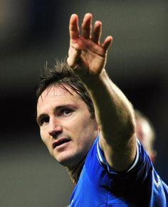 イングランド、FAカップ(FA Cup 2013-14)4回戦、チェルシー(Chelsea)対ストーク・シティ(Stoke City)。試合に勝利し、ファンの声援に応えるチェルシーのフランク・ランパード(Frank Lampard、2014年1月26日撮影)。(c)AFP=時事/...