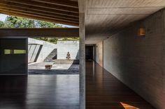 El bien logrado diseño del centro de yoga Fundación Kamadhenu, cerca de Subachoque, Cundinamarca, obra de los arquitectos Carolina Echeverri y Alberto Burckhardt, invita a relajarse, meditar y entrar en contacto con la naturaleza. Decohunter. Lee el artículo completo aquí