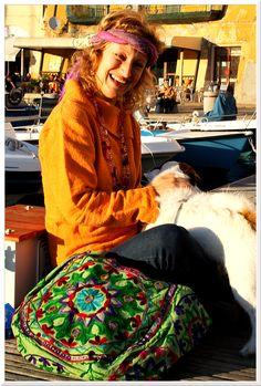 Patty figlia dei fiori!  Giacca e borsa nepalesi, sciarpe attorcigliate tipo bandana e collana della gioia.. #elba #molo #borse #india