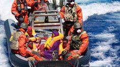Bundeswehrsoldaten retten auf einem Speedboot Flüchtlinge im Mittelmeer Foto: picture-alliance/dpa/Bundeswehr/T. Petersen