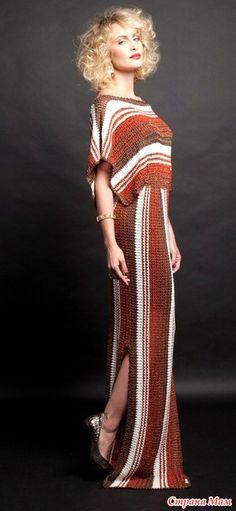 Это платье от Джованны Диас связанно в вертикальную и поперечную полоску простым не замысловатым узором но благодаря силуэту и сочетанию цветов оно смотрится просто шикарно! Размер 40