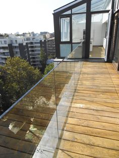 Mooie ballustrade  Frameless Ballustrade on Penthouse London Appartment by Abbey Glass