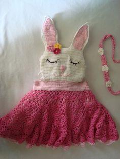Linda jardineira de coelhinha em croche.  Com aplicações de flores em croche, miçangas e perolas.  O rostinho da coelhinha foi todo bordado a mão.