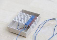 海外でmatchbox weaving(マッチボックス・ウィービング)と呼ばれる小さな織物は、その名の通り、マッチ箱を使って織物を作ります。 そしてマッチ箱だけでなく、ボール紙を使っても、手軽に小さな織物を作ることができます。ここでは、基本の作り方や、素敵な作品から、小さな織物アートの世界をご紹介します。好きな色、素材の糸で思い思いの織物をつくってみましょう。