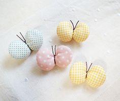「ふっくら * ちょうちょブローチ」ハギレを使って簡単にできる、小さなちょうちょのブローチです(^^) 中にふんわり綿を詰めて、プクプクした仕上がりになっています。 何色かまとめて付けても、ヘアゴムの飾りにしても…♪[材料]お好きなハギレ/糸/綿/ひも(またはリボンなど)/安全ピン(ブローチピン)