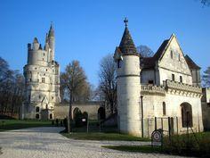 Le château de Septmonts Aisne Picardie,résidence des évêques de Soissons depuis le XIIe s Sa construction s'échelonne du XIIIe s au XVIe s. La partie du XIIIe s construite sous les ordres de Jacques de Bazoches et la salle dite Saint-Louis, qui abritait la chapelle,le donjon et la tour carrée  daterait de cette époque. Il fut reconstruit au XIVe s par Simon de Bucy, évêque de 1362 à 1404. Le pavillon Renaissance dit « logis des évêques » a été construit par l'évêque Symphorien de Bullioud