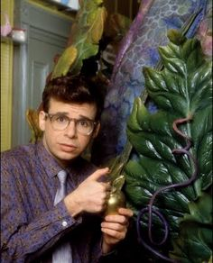 Young Rick Moranis looking dad-like in Little Shop of Horrors Classic Horror Movies, Horror Films, Little Shop Of Horrors Costume, Rick Moranis, The Rocky Horror Picture Show, Movies Worth Watching, Celebrity Caricatures, Daddy Issues, Scary Movies