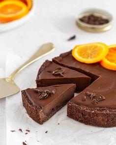 """Vegane Schokoladen-Orangen-Tarte Dekadent unglaublich schokoladig und überraschend einfach! Das Rezept dafür (und viele weitere) findest du in meinem E-Book """"Süsse Festtage mit Avobelle"""" Das E-Book lohnt sich schon nur wegen diesem einen Rezept! #whatveganseat #veganschweiz #veganerezepte #vegankochen #veganbaking #veganbacken #veganeweihnachten #veganebook #vegancookbook #chocolatecake #schokoorange #schokolade #vegantarte Instagram, Desserts, Food, Pie, Vegan Chocolate, Vegane Rezepte, Simple, Tips And Tricks, Full Stop"""