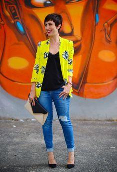 blazer amarelo e visual básico