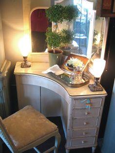 Deco corner vanity