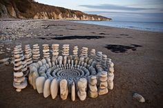Artist uses materials found in nature to create elaborate cairns and mandalas Land Art, Art Plage, Art Et Nature, Nature Images, Art Pierre, Ephemeral Art, Rock Sculpture, Metal Sculptures, Abstract Sculpture