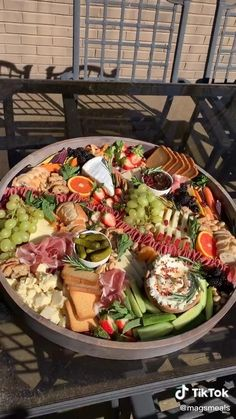 Charcuterie Gifts, Charcuterie Recipes, Charcuterie Platter, Charcuterie And Cheese Board, Charcuterie Display, Hummus Platter, Party Food Buffet, Party Food Platters, Dinner Buffet Ideas