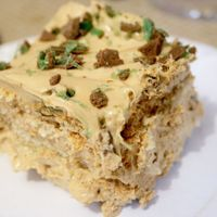 "tart Peppermint Crisp fridge tart - local really is ""lekker"" - CooksisterPeppermint Crisp fridge tart - local really is ""lekker"" - Cooksister Tart Recipes, My Recipes, Sweet Recipes, Baking Recipes, Dessert Recipes, Curry Recipes, Dinner Recipes, Pepermint Crisp Tart, Peppermint Crisp"
