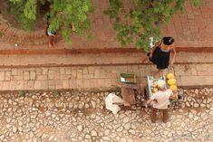 Marchand de rue à Trinidad.  Cette photo est prise depuis le musée de La Lucha Contra Bandidos.   Mon article sur Trinidad -> https://sauts-de-puce.fr/voyage/carnets/955-saut-dans-le-temps-a-trinidad/   #Voyage #Journey #Voyagephoto #Ambiance #travel #travelphotography #discovertheworld #discover #phototravel #travelphotography #travelovers #beautifulWorld #Cuba #DiscoverCuba #streephotos #rues #cityandcolour #citylandscape
