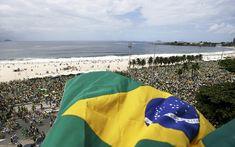 Manifestações deste domingo (13) pelo Brasil; FOTOS Protestos a favor e contra o governo aconteceram em mais de 300 cidades. RIO: Bandeira Nacional é mostrada de sacada durante a passagem dos protestos na orla de Copacabana, no Rio de Janeiro