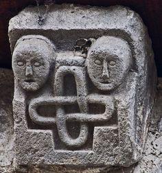 Deux visages et le symbole de l'éternité. Romans, Architecture, Romanesque Art, Middle Ages, Big Top, Symbols, Faces, Novels, Romances