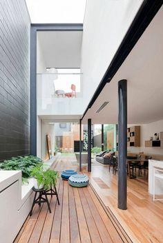 terrasse en bois lié au salon et la salle à manger avec poufs extérieurs exotiques- maison d'architecte
