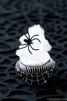 Make your Halloween Party special with these cute & spooky Halloween cupcakes. From Monster to Vampire Cupcakes, here are Easy Halloween Cupcakes for Kids. Halloween Desserts, Halloween Cupcakes, Spooky Halloween, Halloween Goodies, Halloween Food For Party, Holidays Halloween, Halloween Treats, Halloween 2019, Halloween Baking
