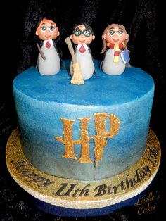 Harry Potter cake in Blue sparkly buttercream with hand made fondant and modelling chocolate figurines. Fondant Bow, Fondant Flowers, Fondant Cakes, Marshmallow Fondant, Harry Potter Birthday Cake, Harry Potter Cake, Fondant Figures Tutorial, Cake Tutorial, Easy Minecraft Cake