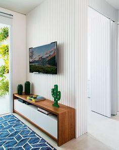 Rack para sala pequena: 65 ideias para decorar o ambiente com conforto Dream Apartment, Apartment Living, Cool Rooms, Small Rooms, Decor Around Tv, Low Dresser, Cool Apartments, Living Room Tv, Apartment Interior Design