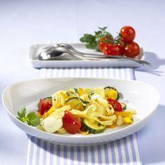 Gemüsenudeln mit Mozzarella Rezept | LECKER
