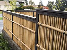 While common in most Asian homes that have enough land surrounding it, bamboo garden are not something that you usually hear about in the American home. Front Yard Fence, Diy Fence, Fence Landscaping, Backyard Fences, Bg Design, Fence Design, Garden Design, Japanese Fence, Japanese Bamboo