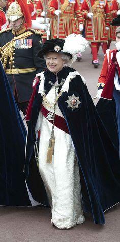 Pin for Later: Die Queen ist gar nicht so königlich wie ihr vielleicht denkt Royal: Als sie einen Umhang mit Federhut trug