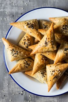 Vegan spanakopita triangles are easy to make and delicious. They are filled with a herby spinach and cheese filling, perfect for potluck or a dinner party. New Year's Eve Appetizers, Vegan Appetizers, Appetizer Recipes, Lazy Cat Kitchen, Vegan Ricotta, Spinach And Cheese, Spinach Pie, Menu, Pasta