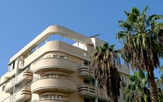An typical example of Tel Aviv's Bauhaus architecture - there are around 4000 such buildings in the city, many of the in a very bad state. Bauhaus Art, Bauhaus Design, Bauhaus Architecture, Modern Architecture, Tel Aviv, Bauhaus Building, Art Deco Buildings, Le Corbusier, Mansions