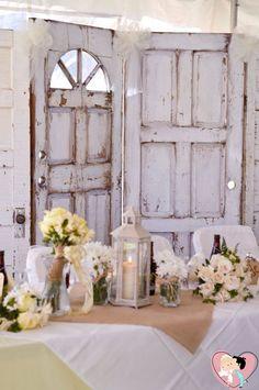 Além de dar um toque único, usar uma porta em uma decoração vintage fica realmente muito charmoso! Você pode pintá-la ou escrever o nome de vocês e deixar seu estilismo solto para personalizar à sua maneira! Para um casamento ao ar livre é sensacional.