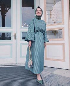 i like this pose Modern Hijab Fashion, Abaya Fashion, Suit Fashion, Modest Fashion, Fashion Outfits, Casual Hijab Outfit, Hijab Chic, Moslem Fashion, Modele Hijab