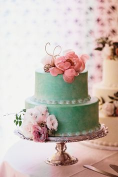 turquoise #weddingcake topped with fresh florals | Photography: Sarah Culver Photography - www.sarahculver.com/ Read More: http://www.stylemepretty.com/2014/09/09/timeless-museum-wedding-with-pops-of-gold/