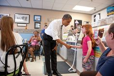 Barack Obama at Debs Ice Cream in Cedar Rapids, Iowa am 10. Juli 2012.