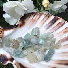 Petit aperçu de l'arrivage de Spodumène brut ! Je suis en amour 😍 #bientotenligne #crystallove #crystalhealing #pierresnaturelles #spodumene #hiddenite #kunzite #nuristanite #triphane #merveilles