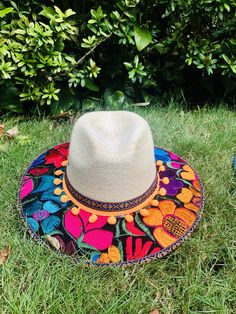 Cowgirl Outfits, Outfits With Hats, Diy Mexican Embroidery, Fabric Painting On Clothes, Accessorize Shoes, Hats For Big Heads, Painted Hats, Mexican Hat, Diy Hat