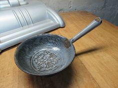 COOL VINTAGE GRAY GRANITEWARE SMALL SIZE STRAINER WITH HANDLE KITCHEN WARE