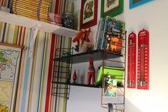 Gammal sliten stringhylla målad svart och uppsatt i barnrum.  Se mer på choicesbyannie.com
