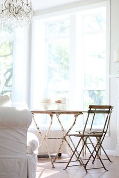 Fresh, clean and airy little breakfats/dining nook. Love the abundance of light <3